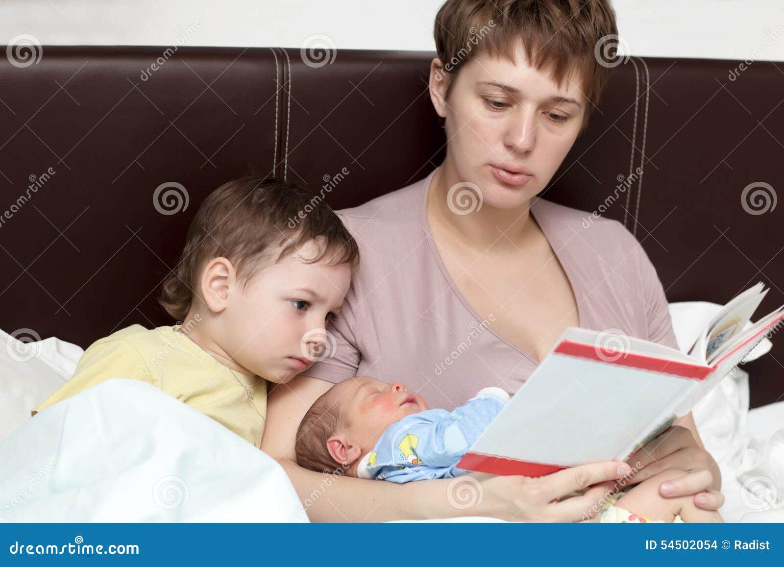 Livre de lecture de mère pour ses fils