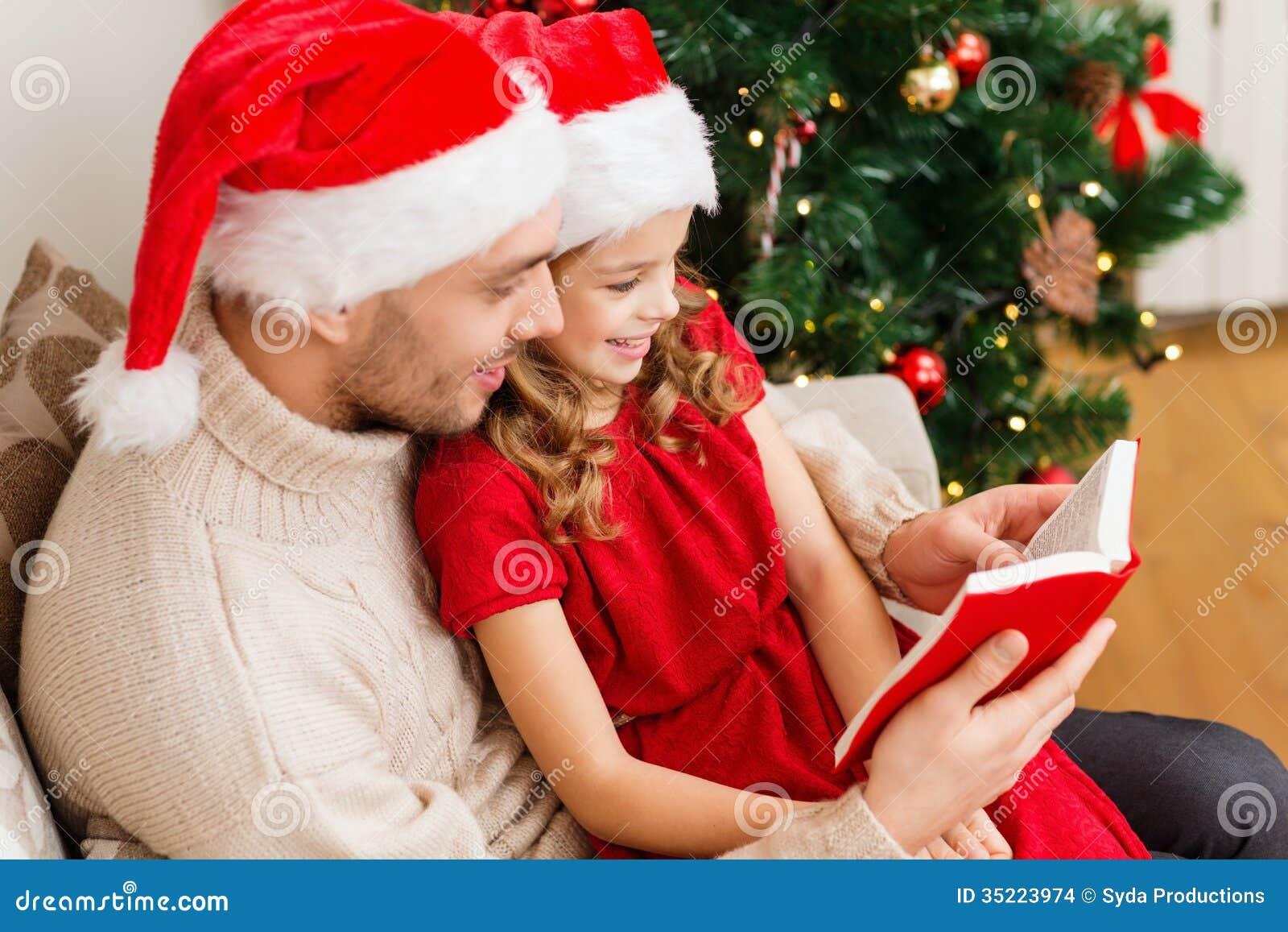 Livre de lecture de sourire de père et de fille
