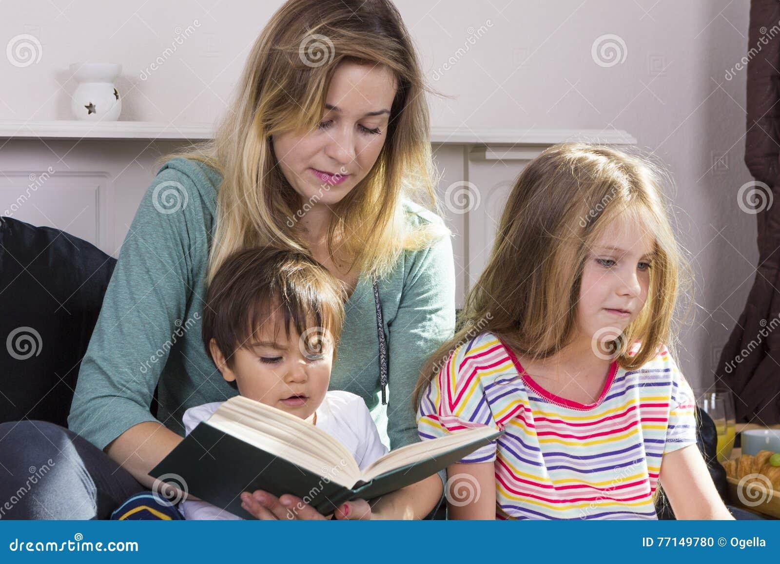 Livre de lecture fatigué de mère aux enfants