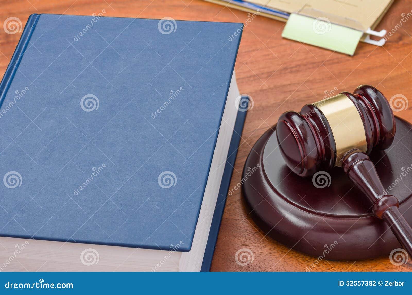 Livre de loi avec un marteau