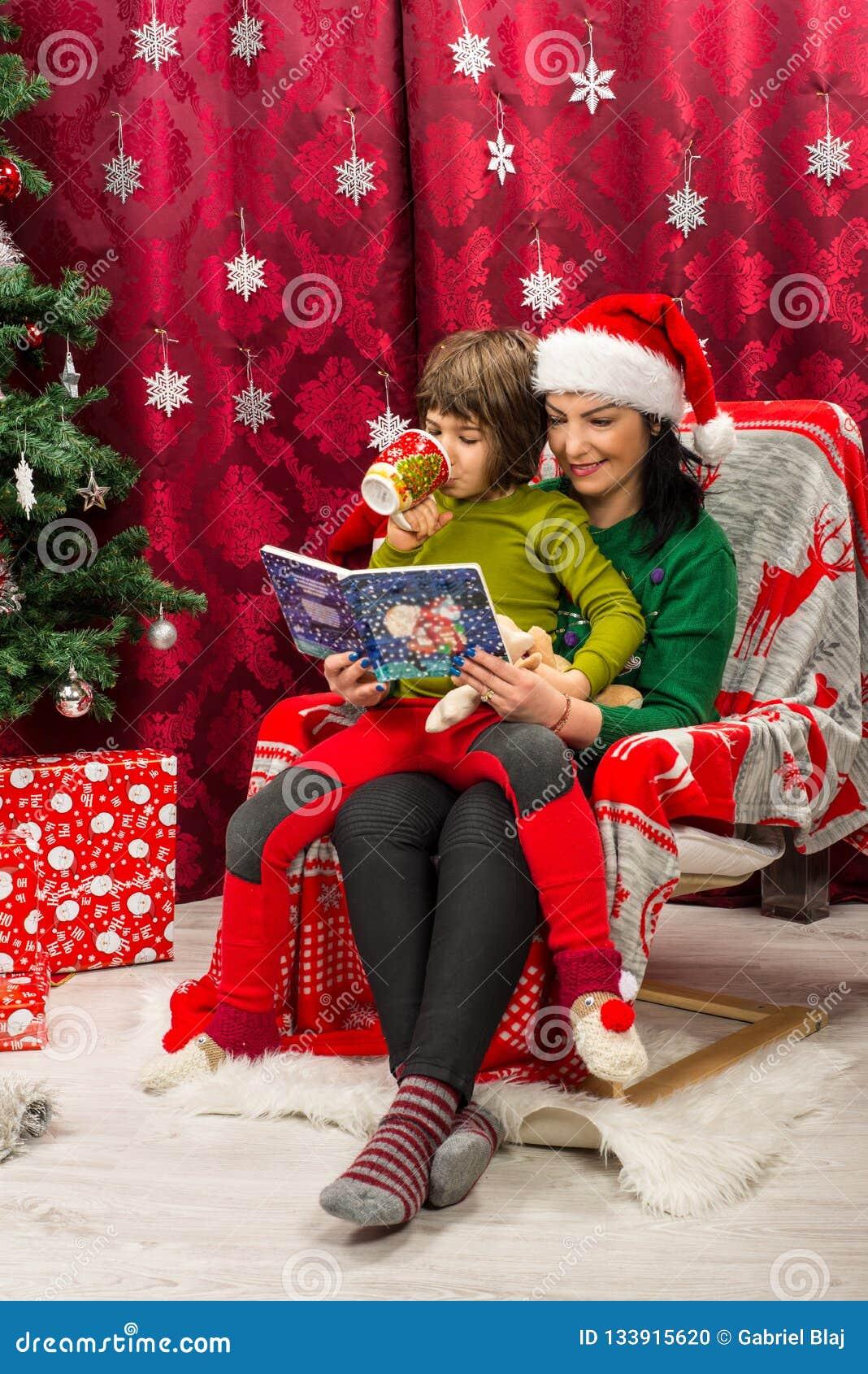 Livre de Noël de lecture de mère à son enfant