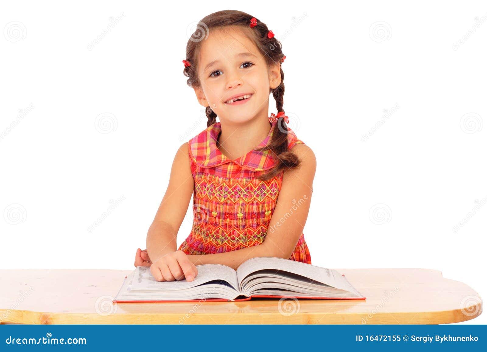 Livre de relevé de sourire de petite fille sur le bureau image