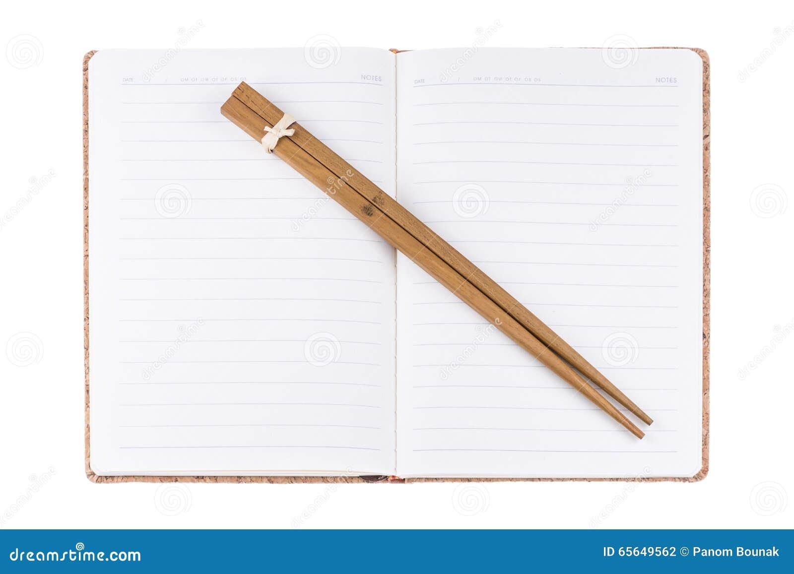 Livre et baguettes de journal intime de vintage sur le fond blanc