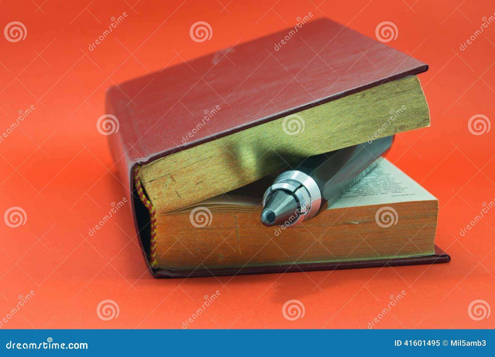 Livre Et Un Stylo De Dessin Enorme Image Stock Image Du Point