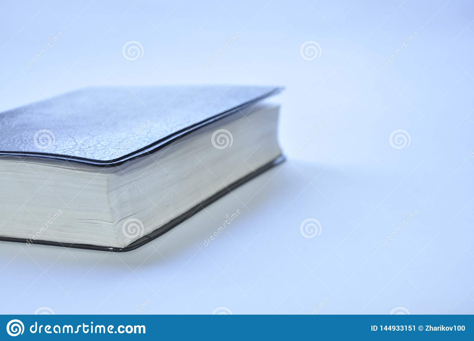 Livre ferm? la bible sur la table