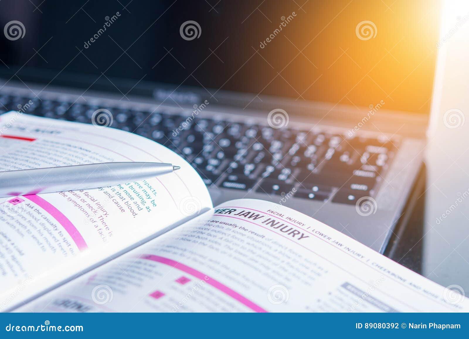 Livre médical sur l ordinateur portable