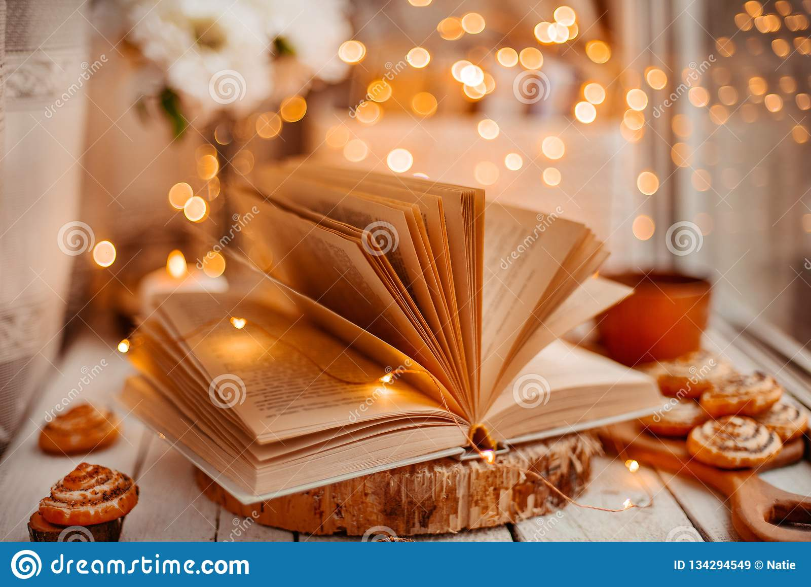 Livre ouvert avec des lumières