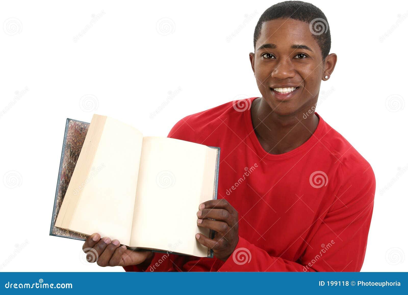 Livre ouvert de fixation attrayante de jeune homme avec les pages blanc