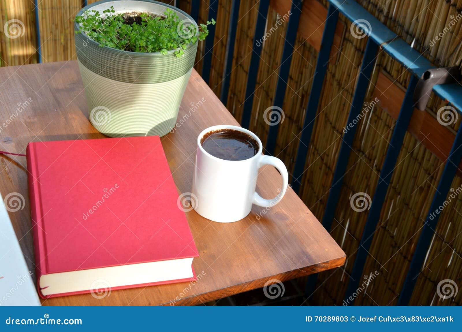Livre Rouge, Tasse De Café Et Plante Verte Dans Le Pot De Fleurs Sur ...