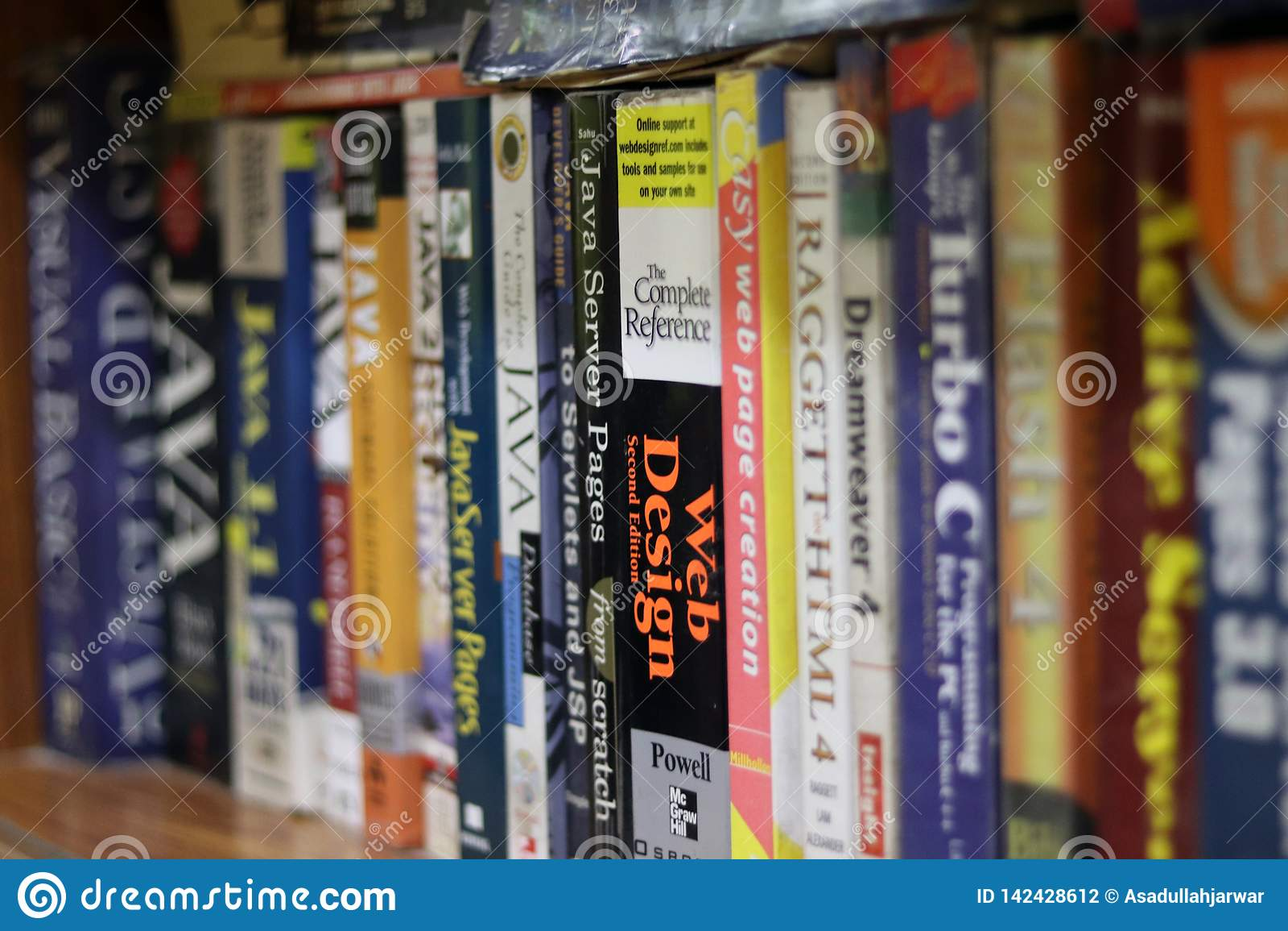 Livres d ordinateur dans une étagère