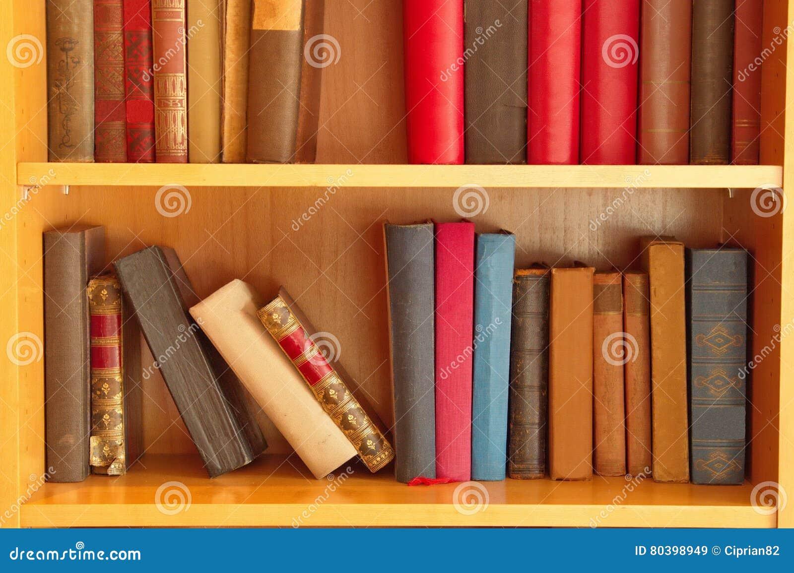 Livres dans les étagères