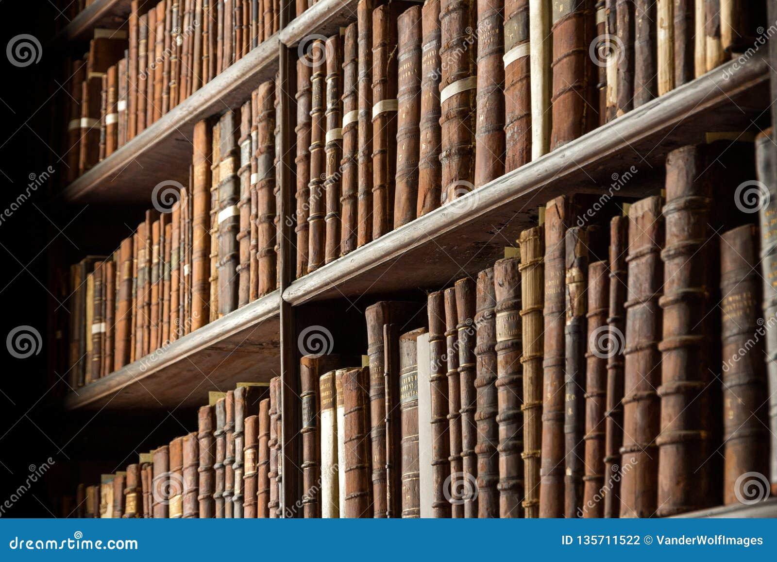 Livres de bibliothèque de cru vieux