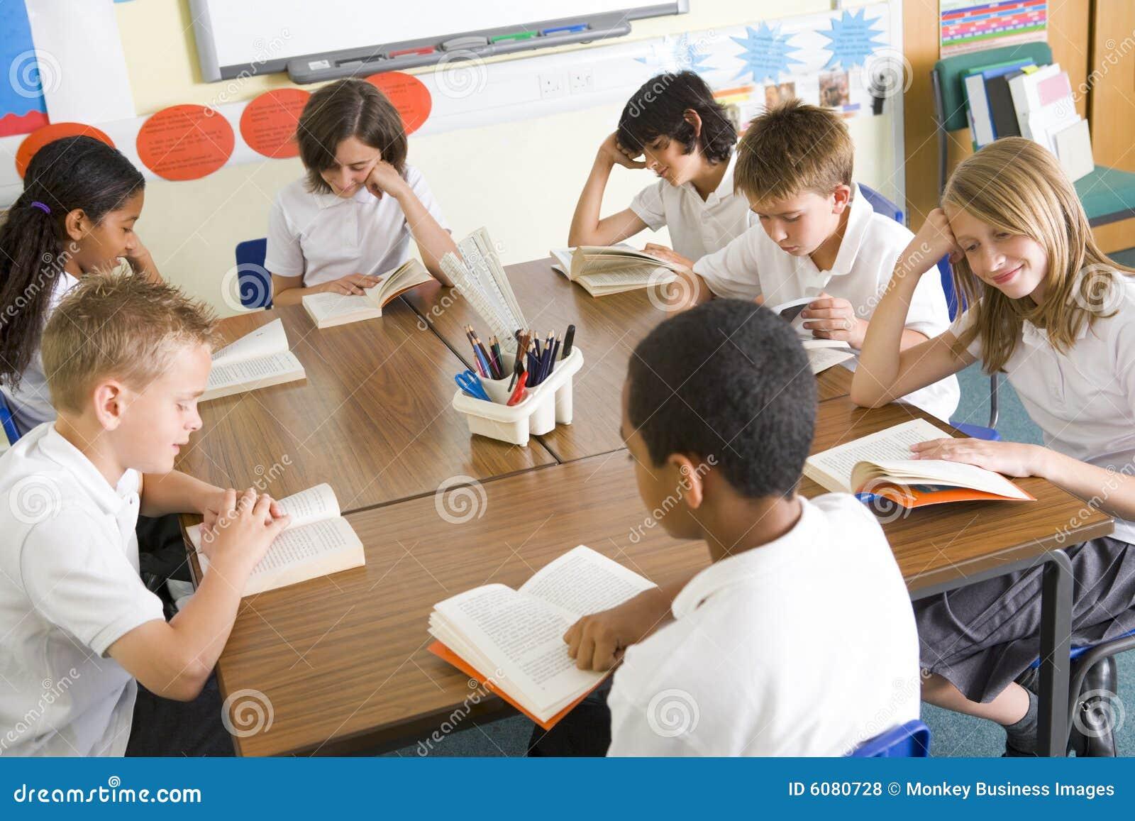 Livres de relevé d écoliers dans la classe