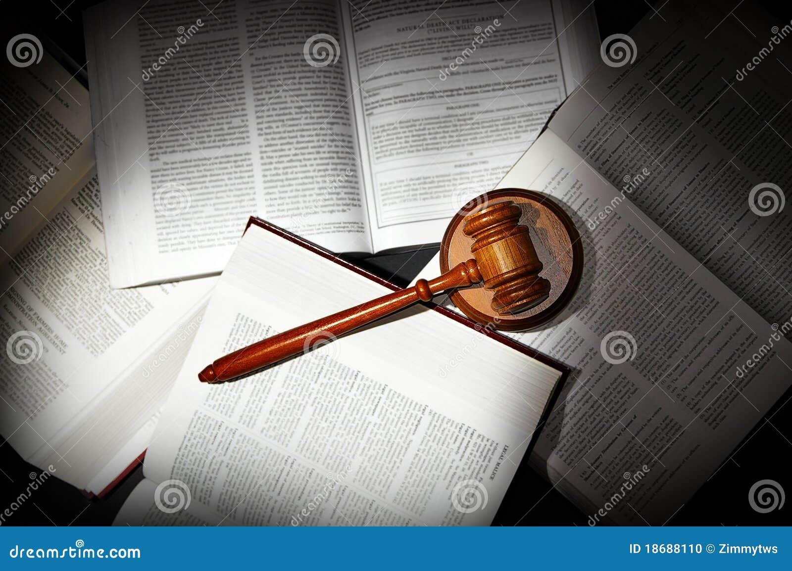 Livres et marteau de loi