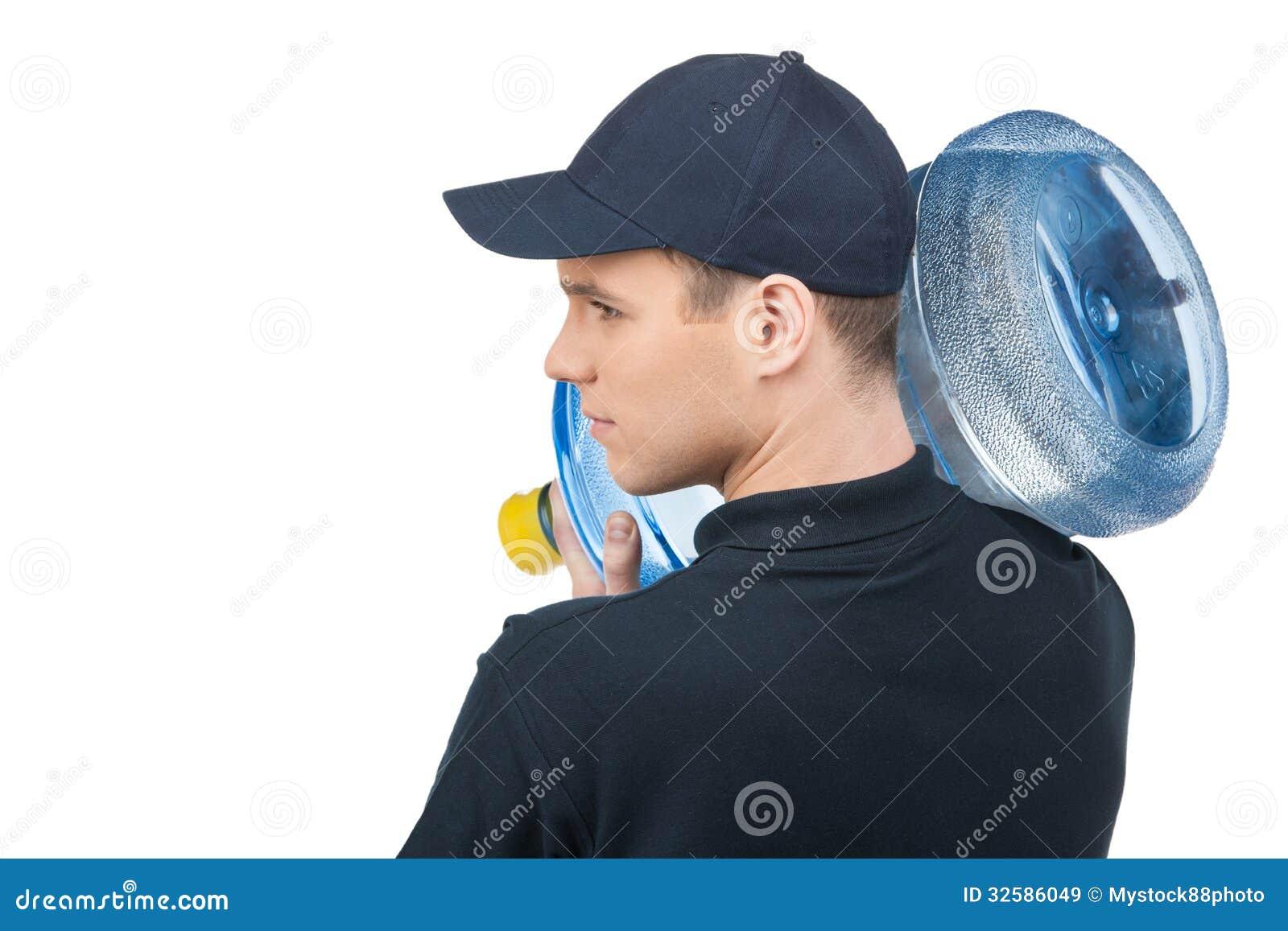 Livreur avec une cruche d eau. Vue arrière de jeune deliv sûr