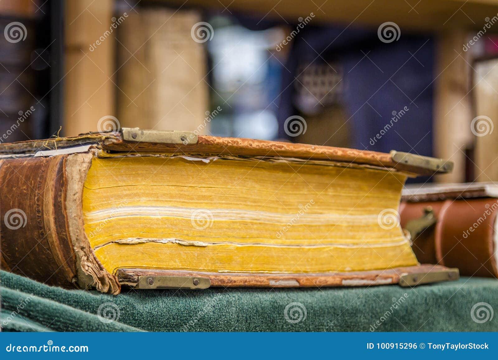 Livro antigo do livro encadernado
