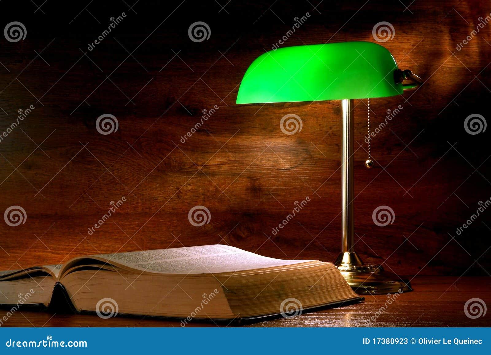 Livro de estudo antigo da biblioteca e lâmpada velha do banqueiro
