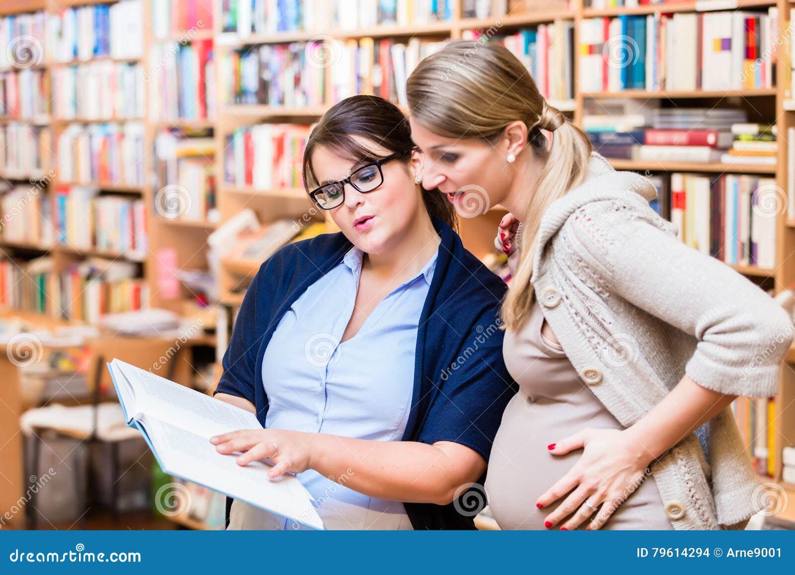 Livro de leitura de dois amigos na livraria junto
