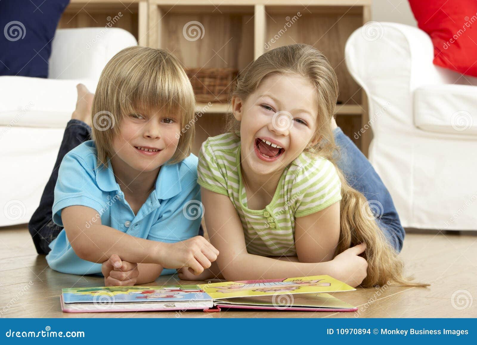 Livro de leitura de duas crianças novas em casa