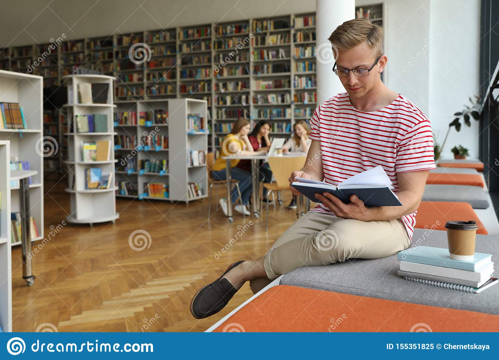 Livro de leitura do homem novo na biblioteca