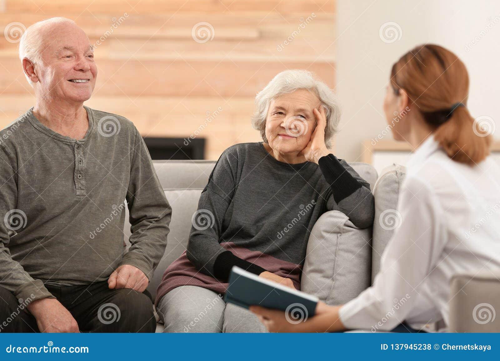 Livro de leitura fêmea do cuidador aos esposos idosos