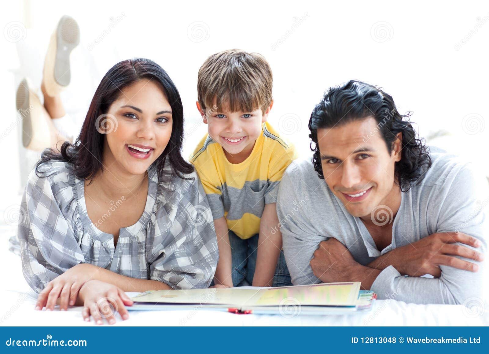 Livro de leitura feliz da família junto