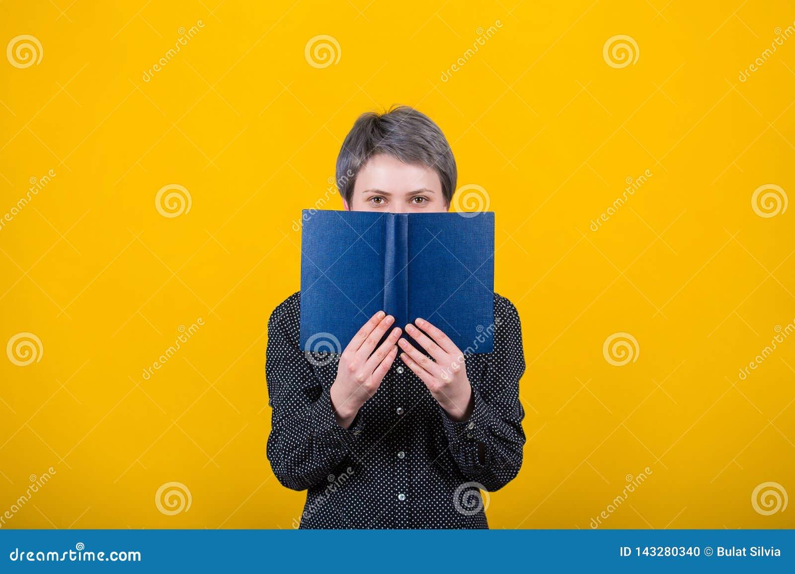 Livro de texto da terra arrendada do leitor da mulher