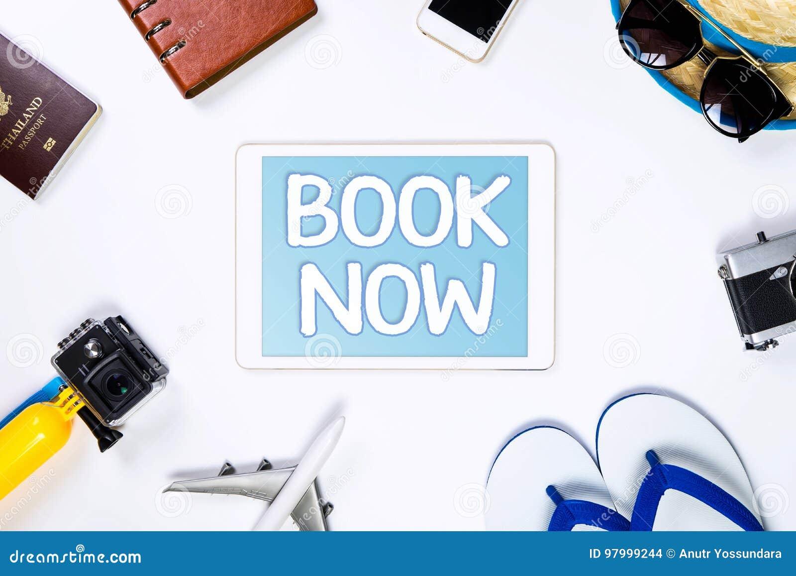 Livro do curso em linha agora na tabuleta para a agência de viagens em linha