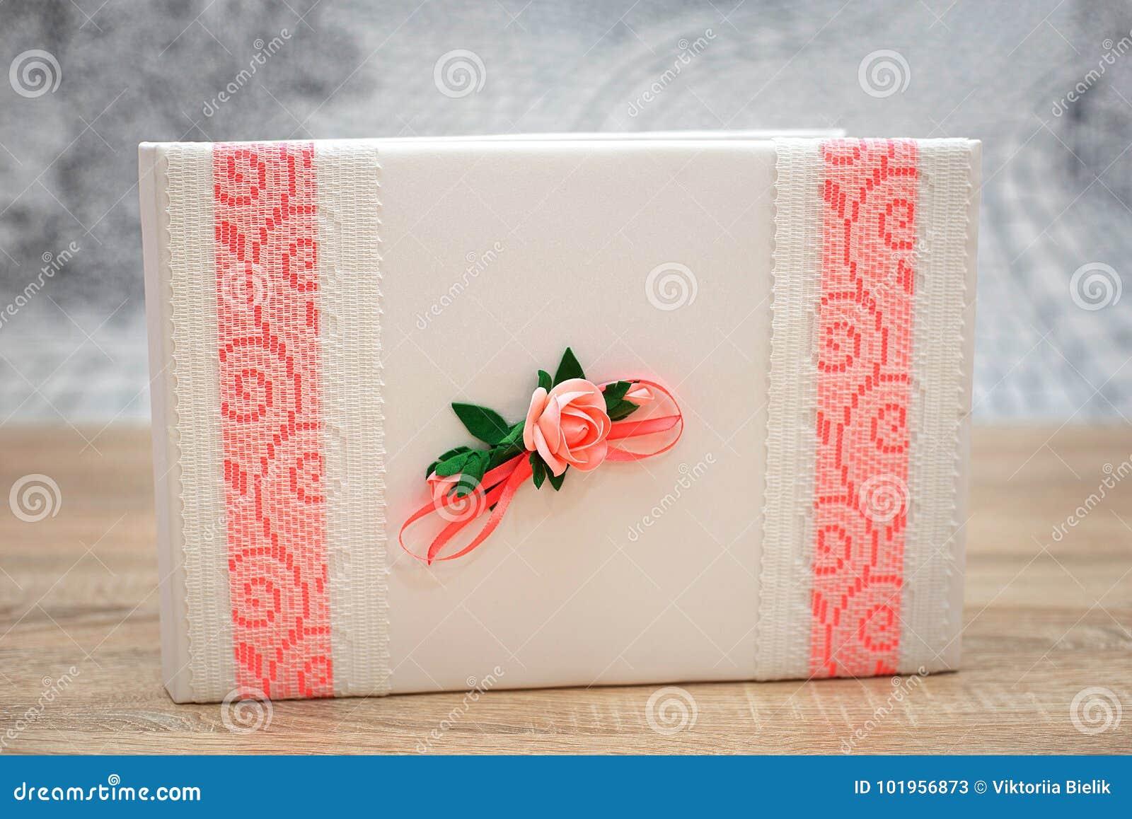 Livro do desejo do casamento decorado com flores e laço cor-de-rosa