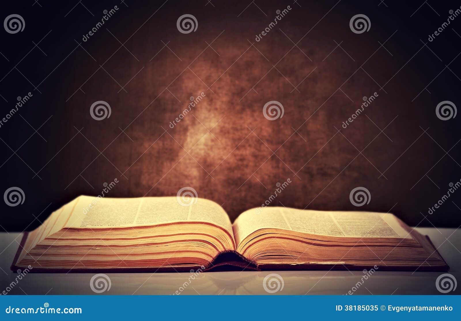 Livro marrom velho aberto