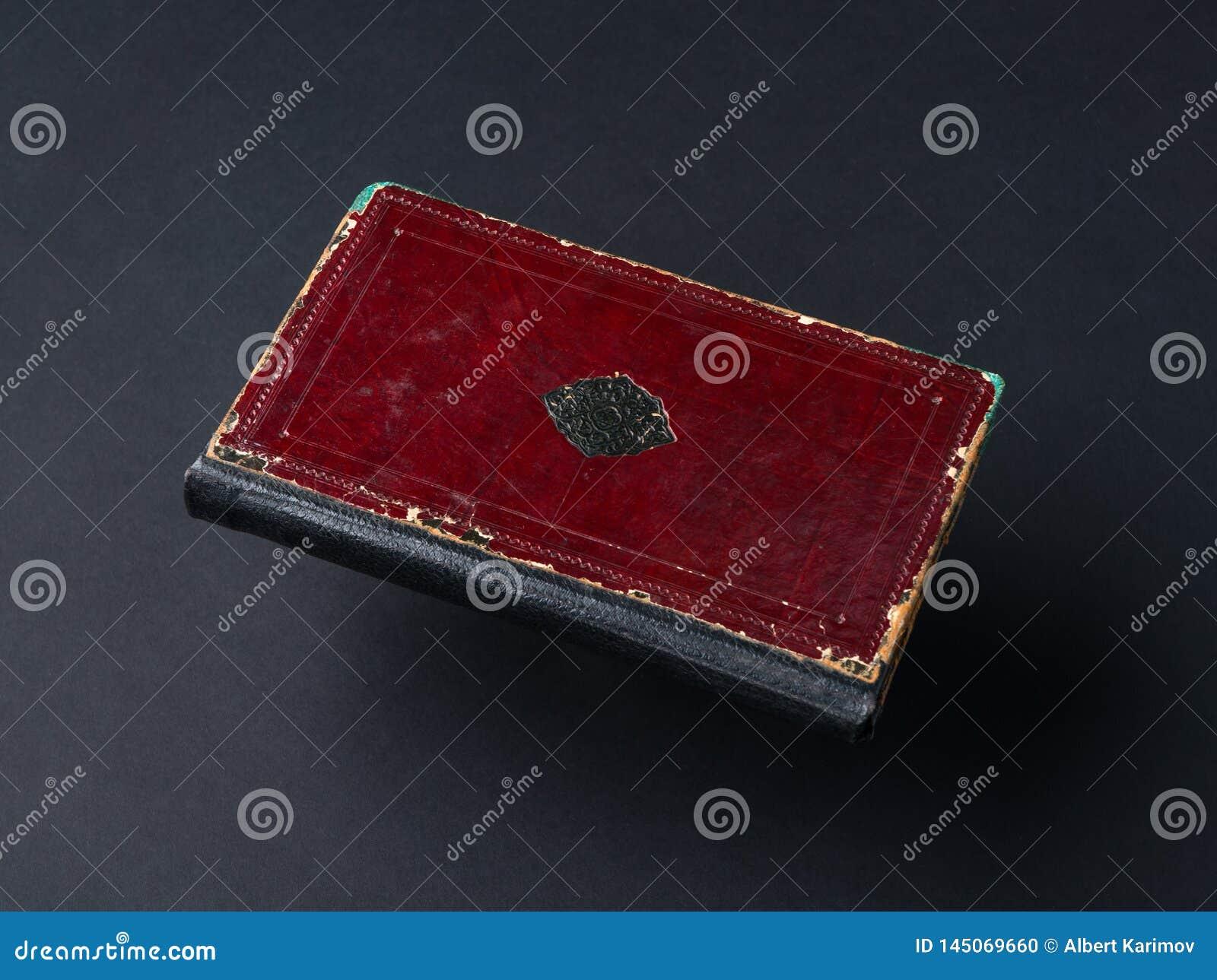 Livro no fundo preto
