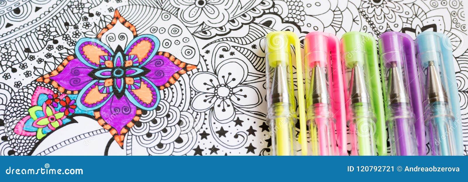 Livro para colorir adulto, tendência nova do alívio de esforço Conceito da terapia da arte, da saúde mental, da faculdade criador