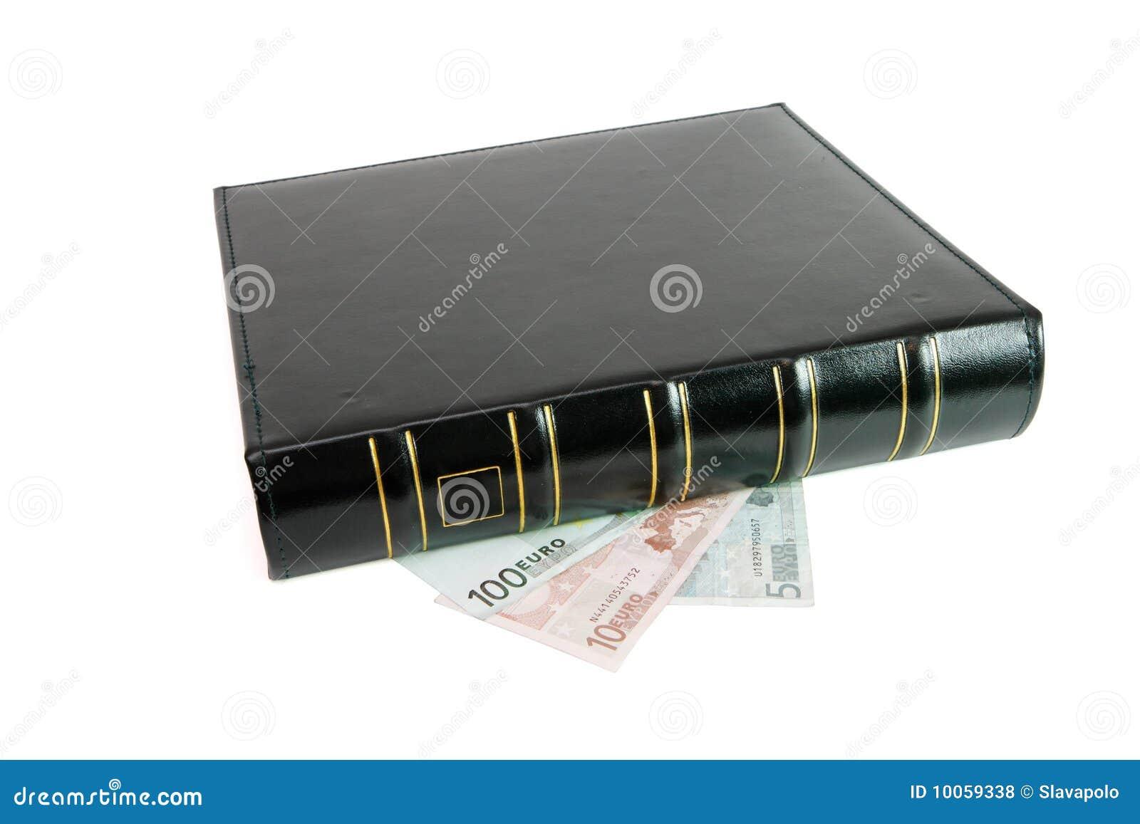 Livro preto grosso nas euro- contas isoladas