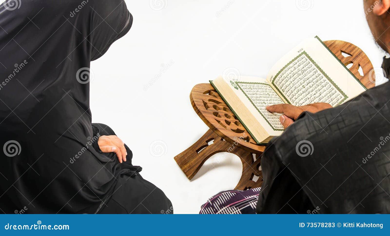 Livro sagrado do Alcorão à disposição - dos muçulmanos (artigo público de todos os muçulmanos