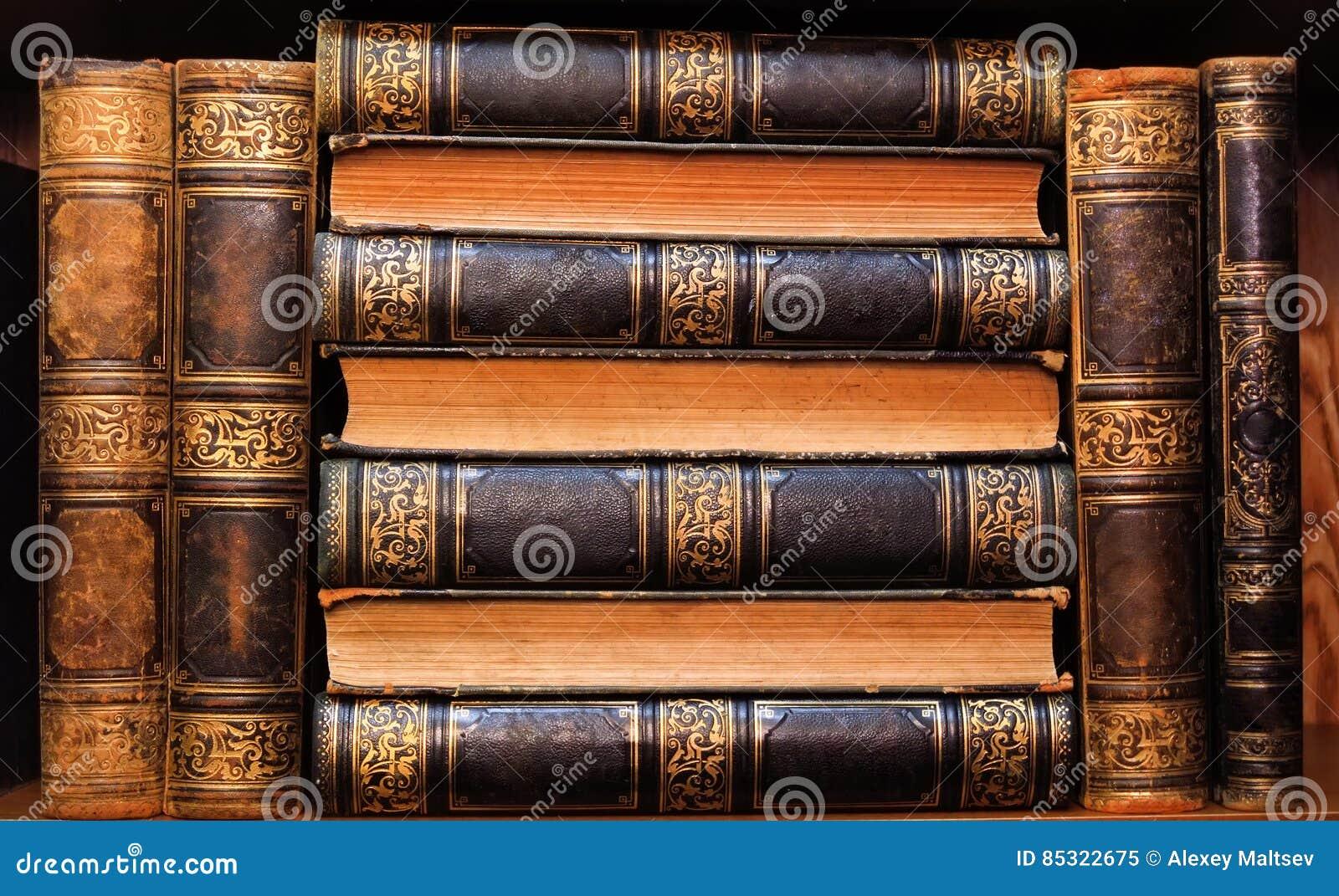 Livros antigos bonitos em uma prateleira