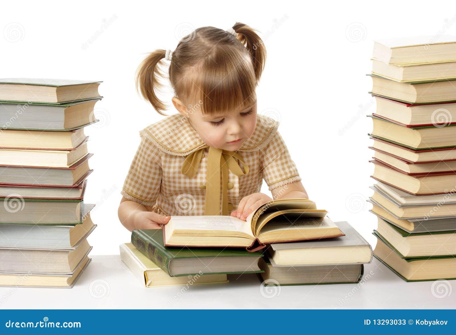 Livros de leitura bonitos da menina, de volta à escola