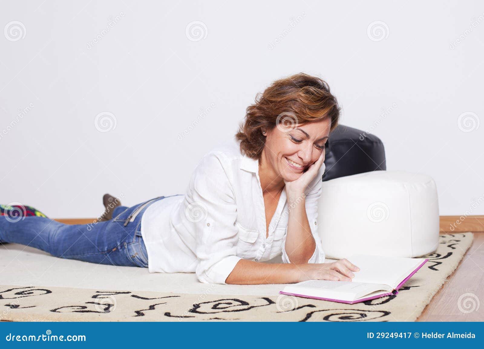 Download Livros De Leitura Da Mulher Imagem de Stock - Imagem de atrativo, holding: 29249417