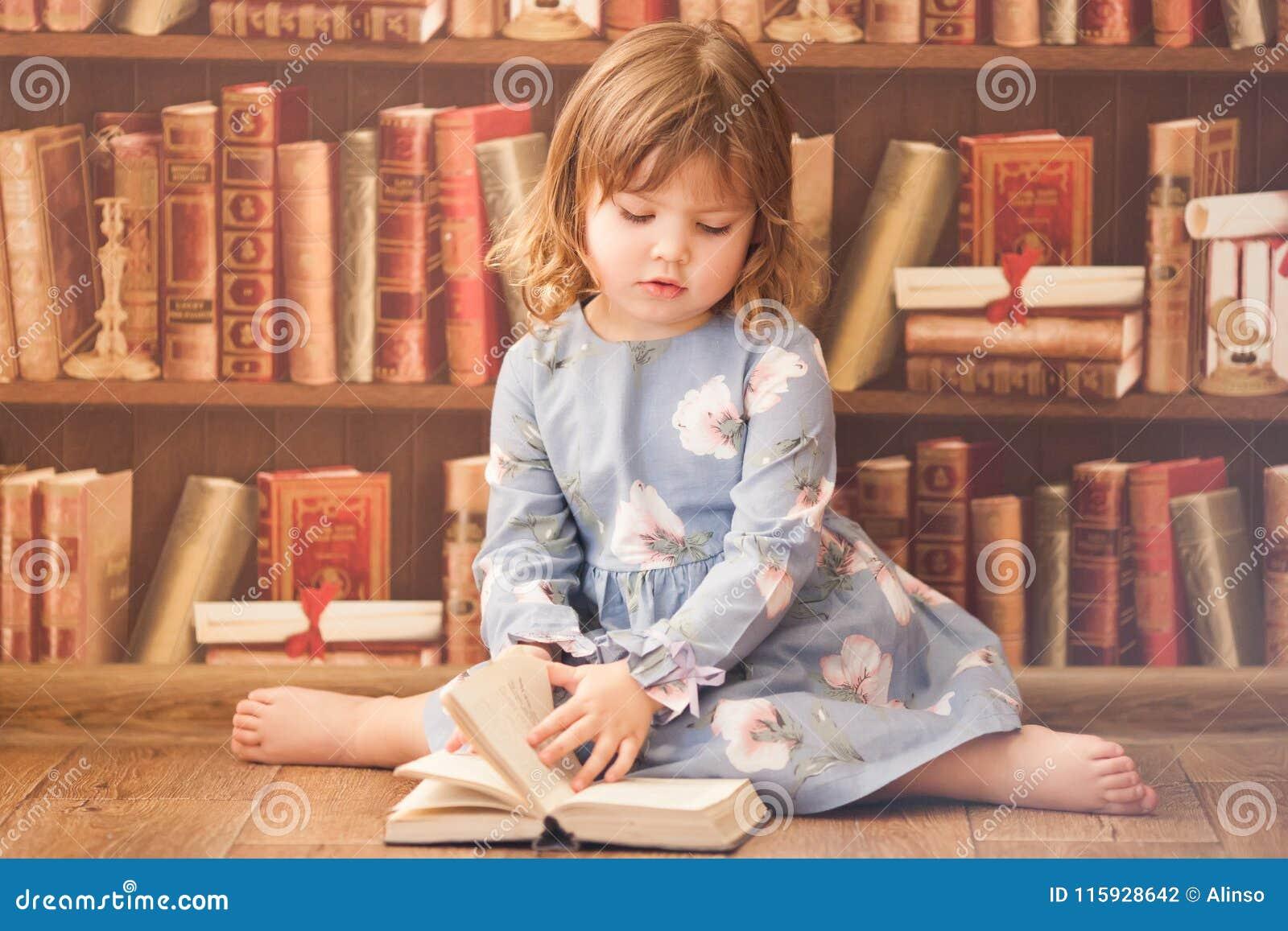 Livros de leitura pequenos adoráveis da menina do leitor ávido