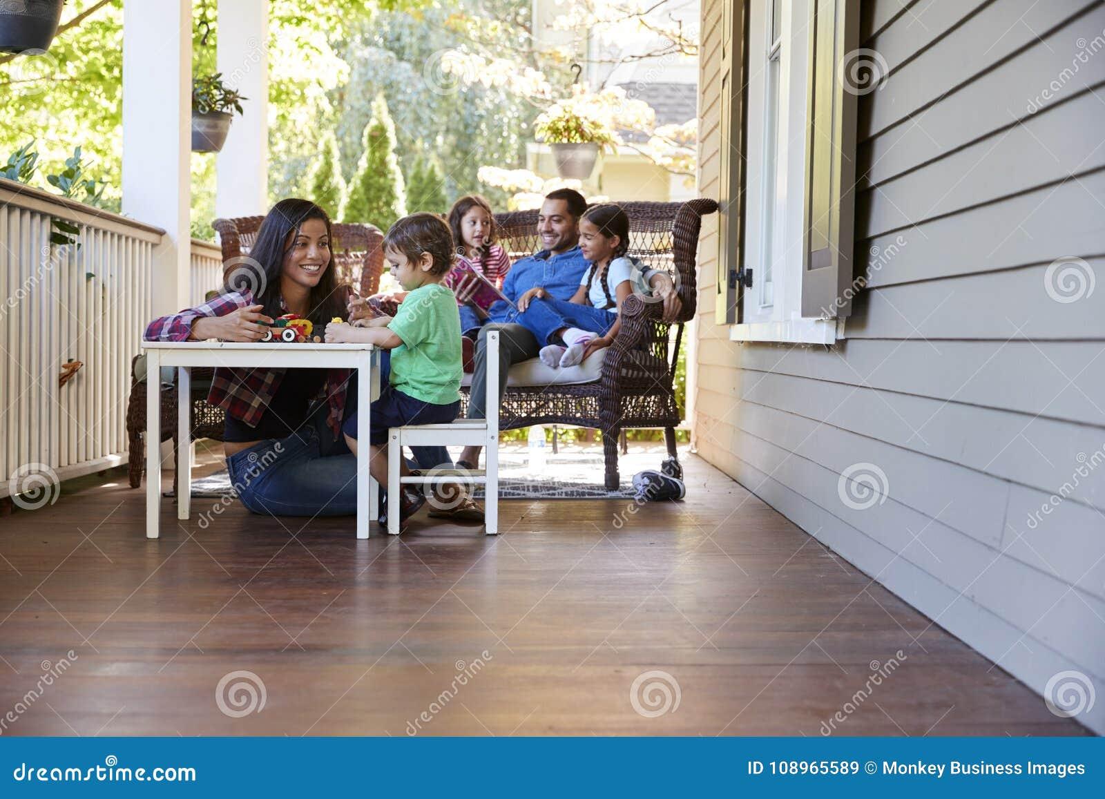 Livros de leitura de Sit On Porch Of House da família e jogos do jogo