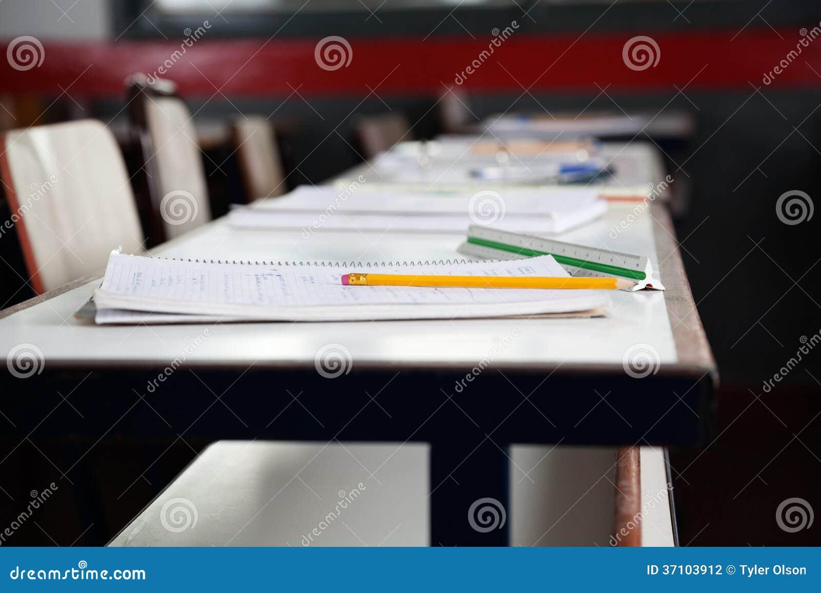 Livros e lápis na mesa