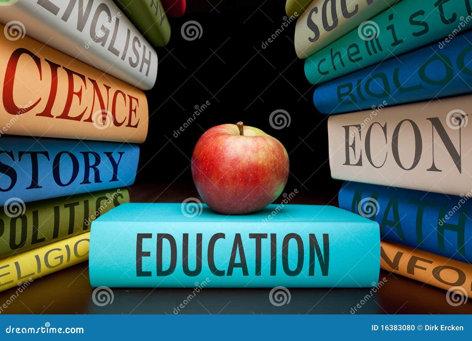Livros e maçã de estudo da instrução