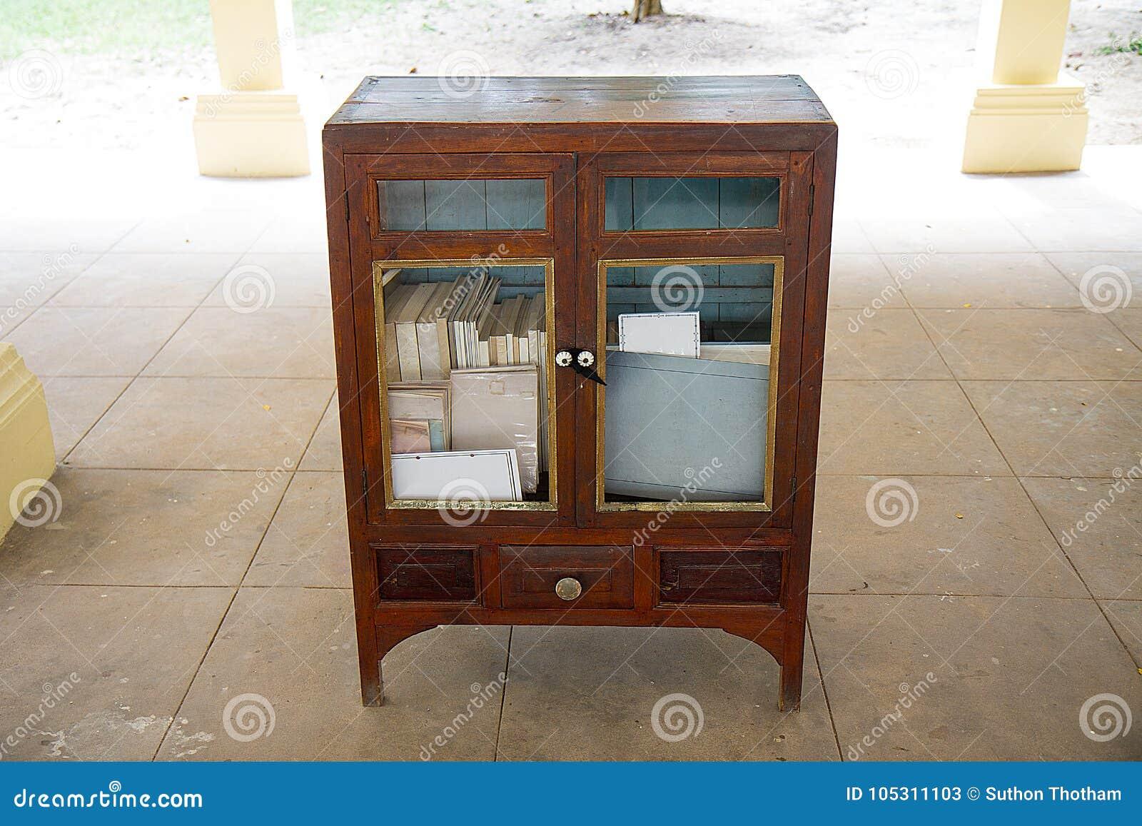 Livros em prateleiras de madeira