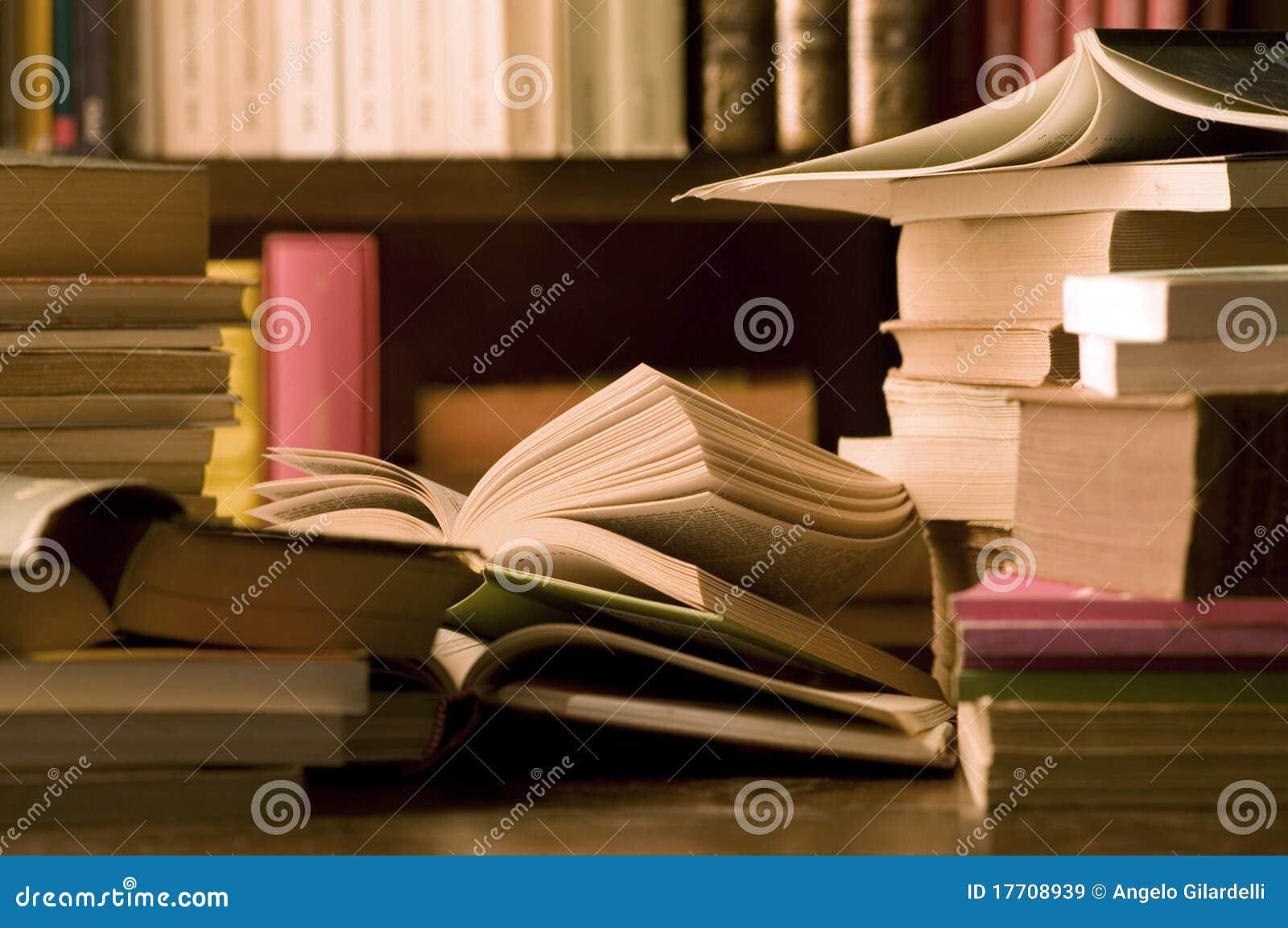 Livros na mesa e na biblioteca imagens de stock royalty for Mesa biblioteca