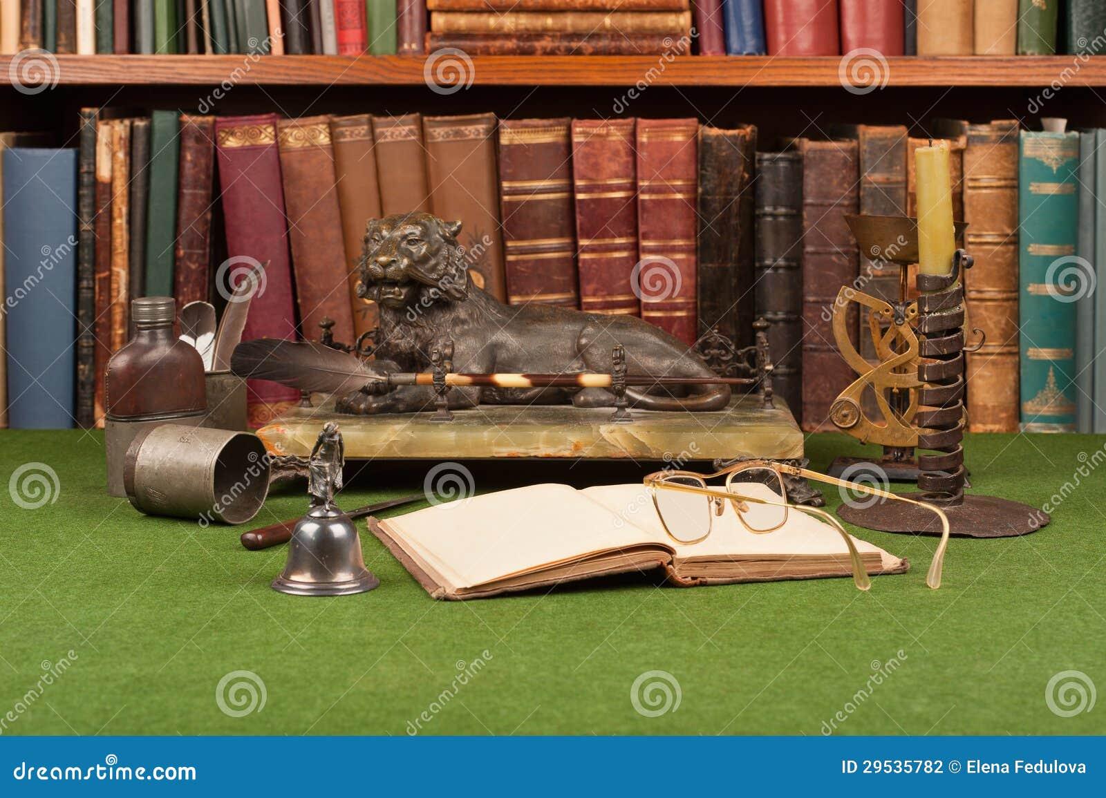 Livros, tinteiro e vidros de leitura de couro antigos