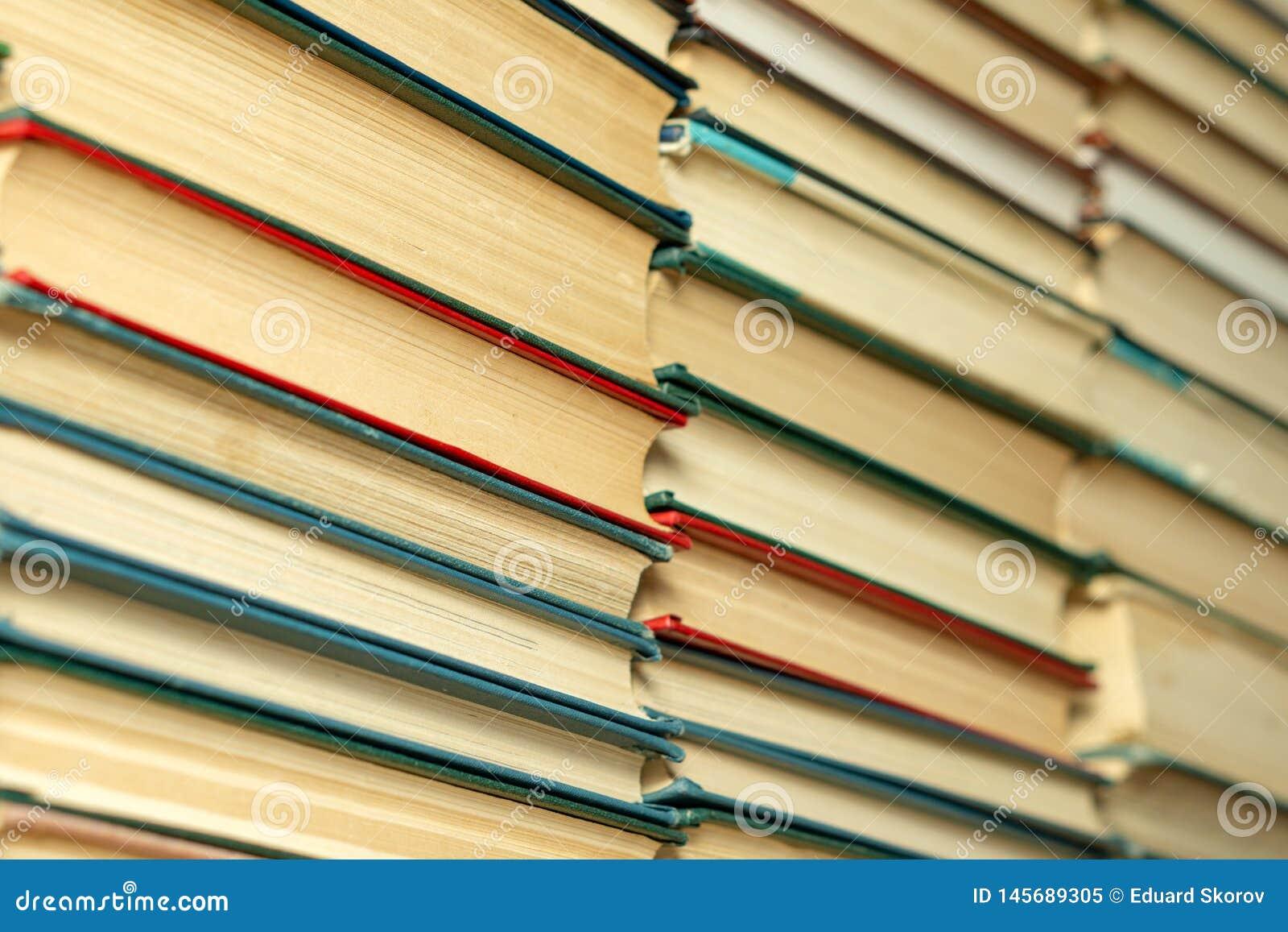 Livros velhos em uma tabela de madeira biblioteca