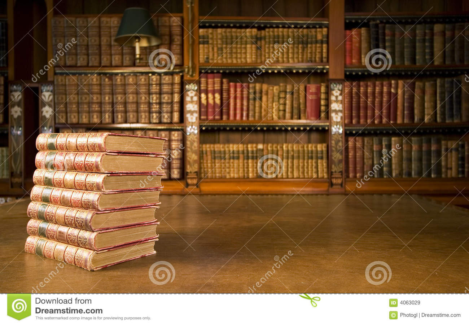 Livros velhos na biblioteca clássica