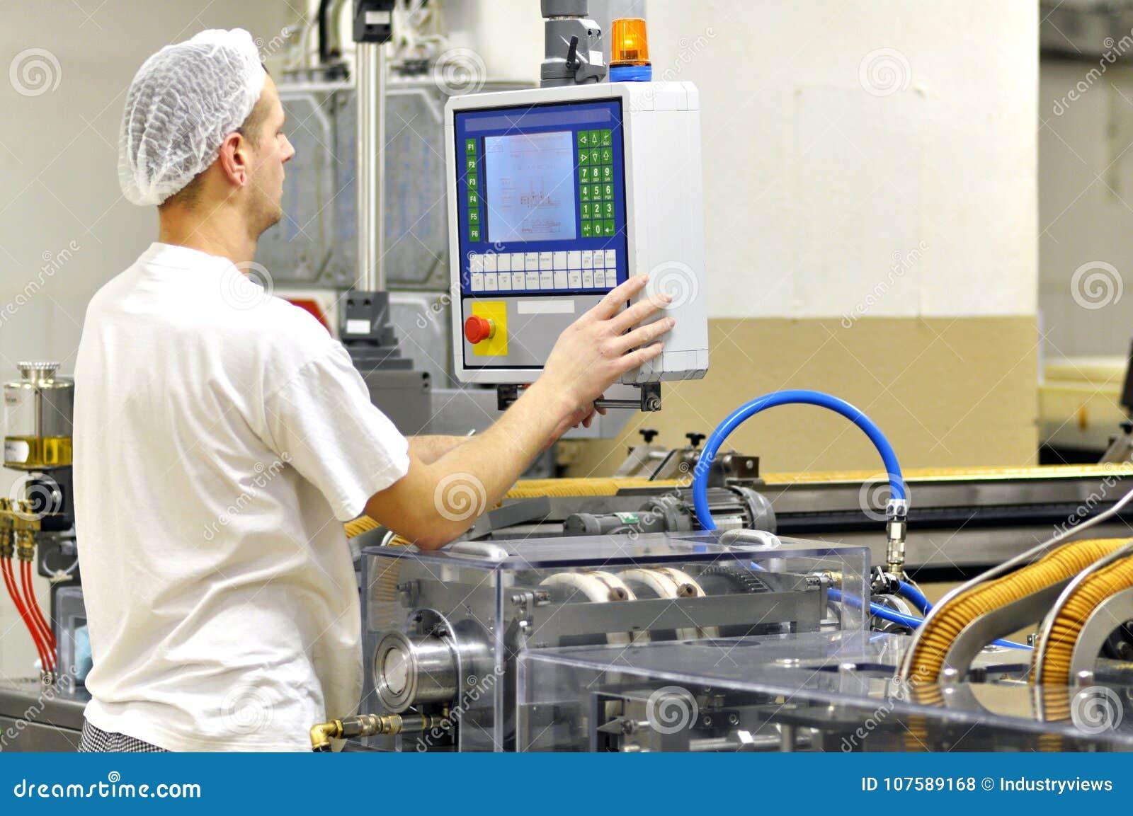 Livsmedelsindustri - ljusbrun produktion i en fabrik på en transportör är