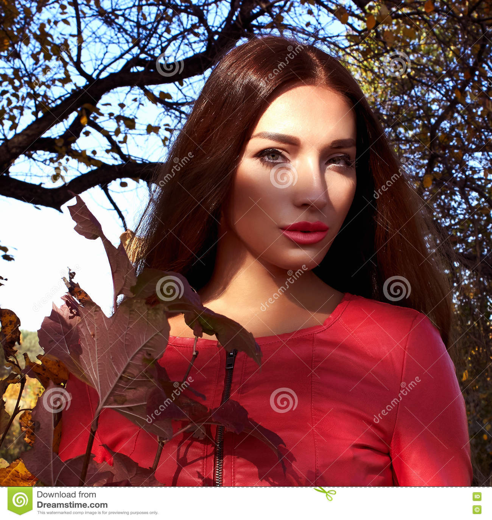 Livsstil härlig skogkvinna