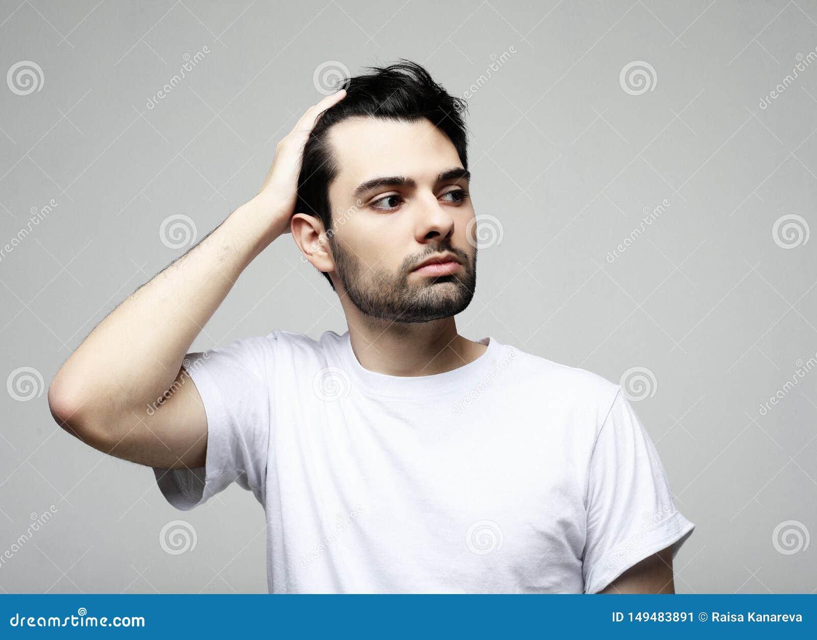 Livsstil, mode och folkbegrepp: stilig man, modemodell som poserar ?ver vit bakgrund