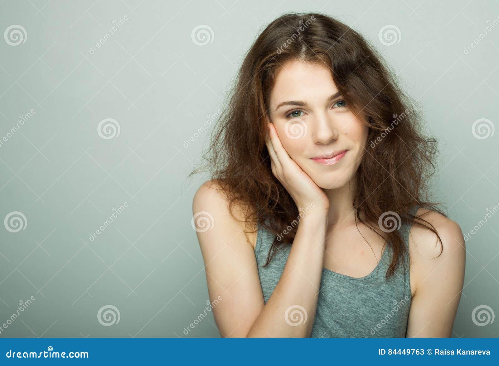 Livsstil och folkbegrepp: Ung tillfällig kvinnastående Ren framsida, lockigt hår